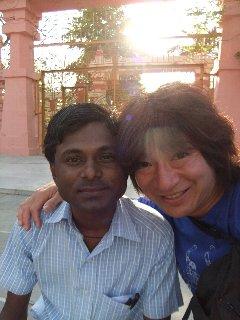 20110405KojiFujitaConBoyEnMaharBoddhi-Buddagaya.jpg