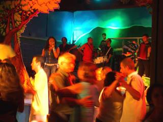 フォホーの楽団と踊る人々.jpg